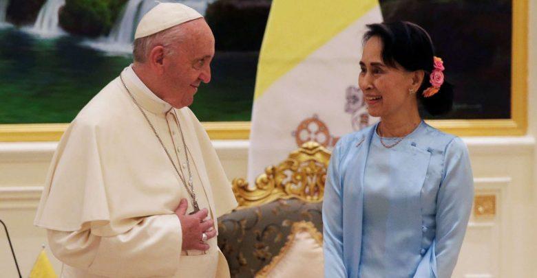 Papa Francesco con Aung San Suu Kyi (LaPresse)