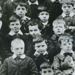 Chaplin, 7 anni,(al centro) al Central London District School per bambini indigenti,1897