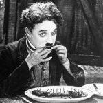 Il pranzo del vagabondo: scarponi bolliti, ne La febbre dell'oro (1925)
