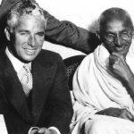 Chaplin fotografato con Gandhi nel 1931