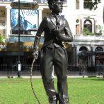 Statua dedicata a Charlot situata a Londra