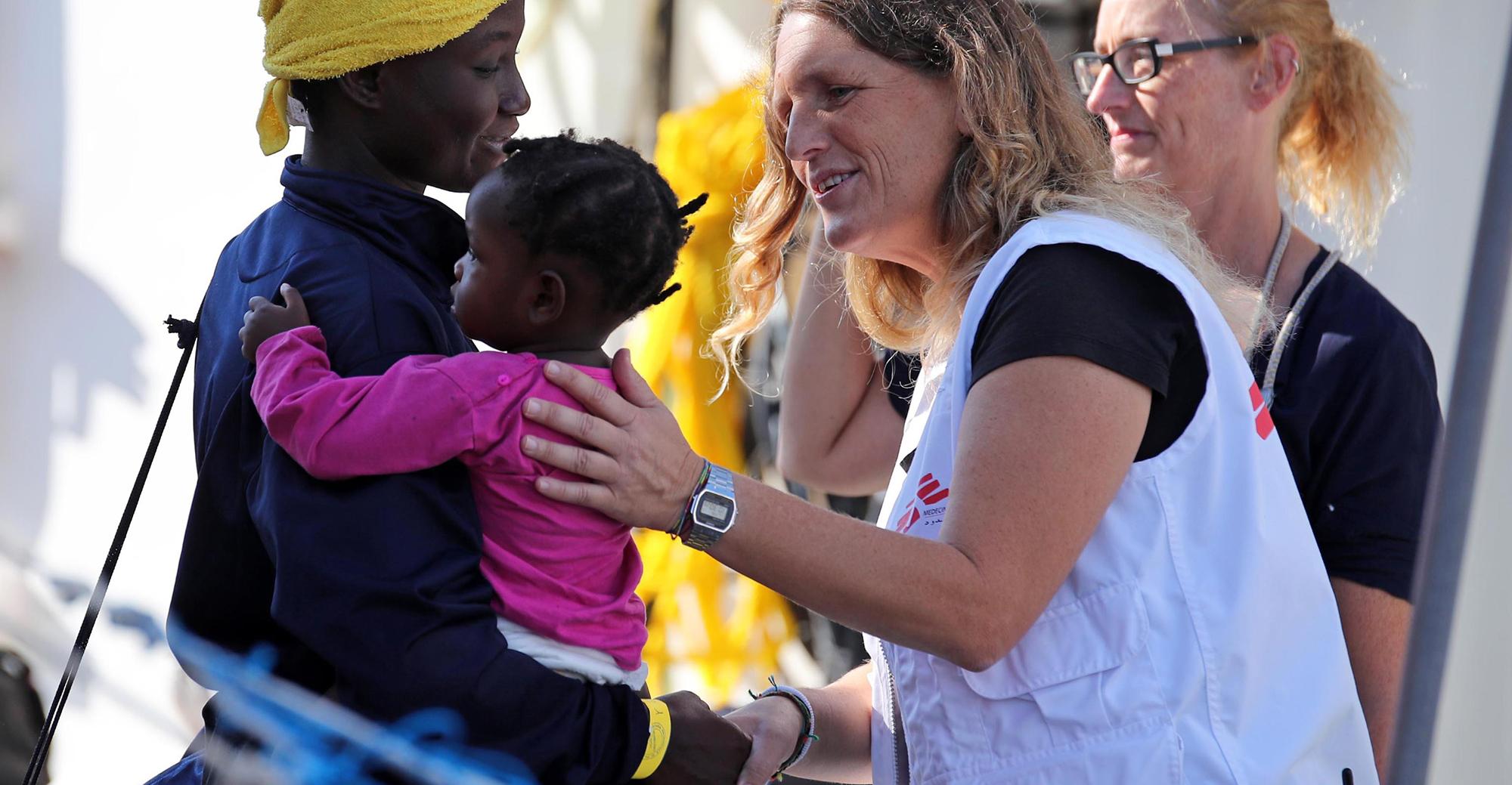 L'arrivo della nave Aquarius di Sos Mediterranee con a bordo 604 migranti soccorsi nel Canale di Sicilia, nel porto di Palemro, 13 ottobre 2017