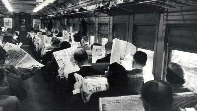 Persone leggono il giornale sul treno