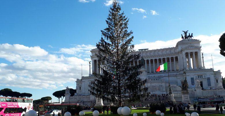 """Photo of """"Spelacchio"""" e gli altri alberi di Natale italiani che hanno fatto discutere"""