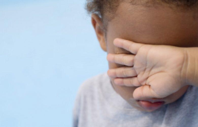 Bambino si copre gli occhi