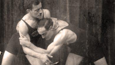 I due fratelli Julius e Herman Baruch, inscenano un incontro di lotta per il fotografo