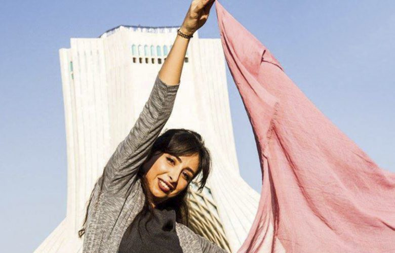 La libertà furtiva di togliersi il velo in Iran