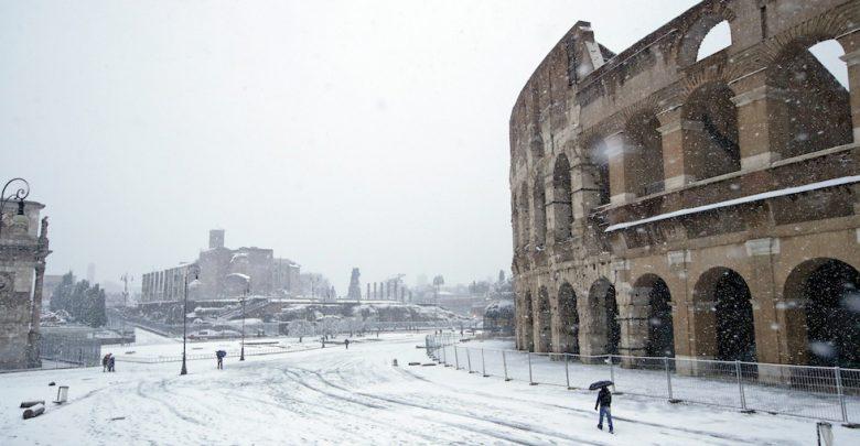 La neve sul Colosseo