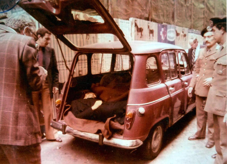 9 maggio 1978 La Renault 4 con lo sportello posteriore aperto e quello posteriore ancora intatto. ANSA
