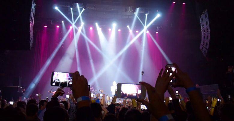 Photo of Invasione di smartphone ai concerti, gli artisti si ribellano