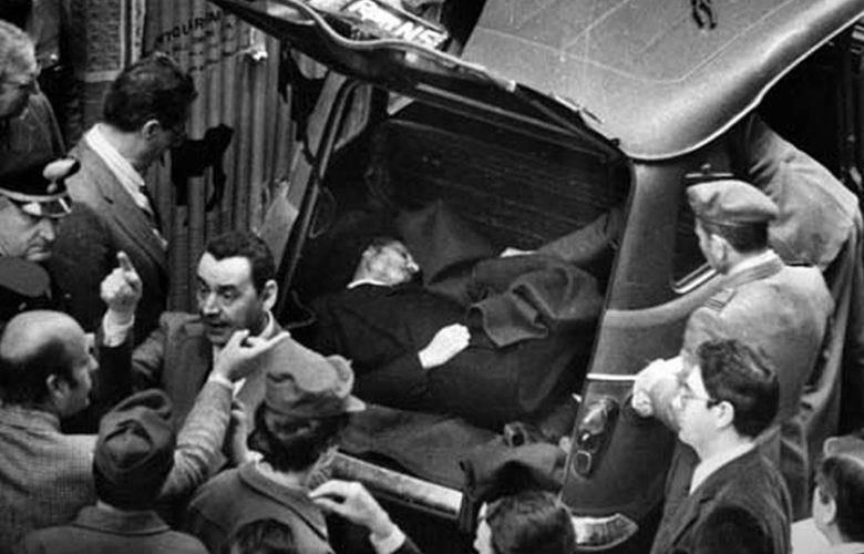 Il ritrovamento del corpo di Aldo Moro, il 9 maggio 1878 a Via Caetani