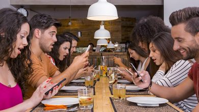 Photo of Metti una sera a cena senza smartphone. La tendenza tech-free arriva da New York
