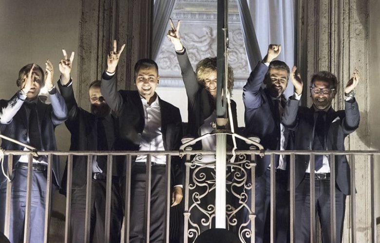 Def Di Maio al balcone festeggia