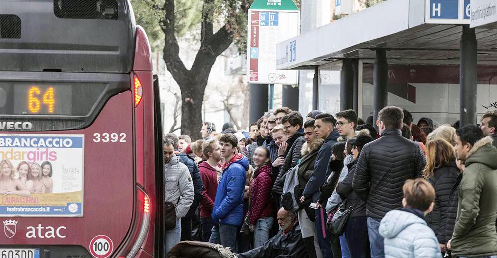 Alla fermata dell'autobus Atac Roma