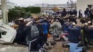 Francia studenti del liceo Mantes-La-Jolie arrestati dalla polizia video shoc