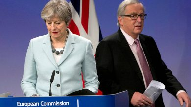La premier Theresa May e il presidente della Commissione europea Jean-Claude Juncker