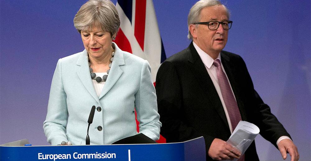 La premier Theresa May e il presidente della Commissione europea Jean-Claude Juncker