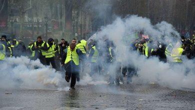 Photo of Gilet gialli, continuano gli scontri: assalto con ruspa al ministero