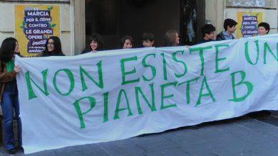 Photo of L'esempio di Greta: studenti in piazza per il pianeta in 123 Paesi