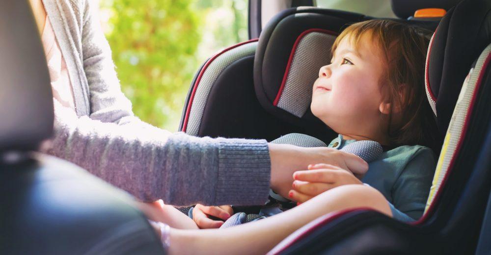 Bambini dimenticati in auto: slitta l'obbligo dei seggiolini anti-abbandono