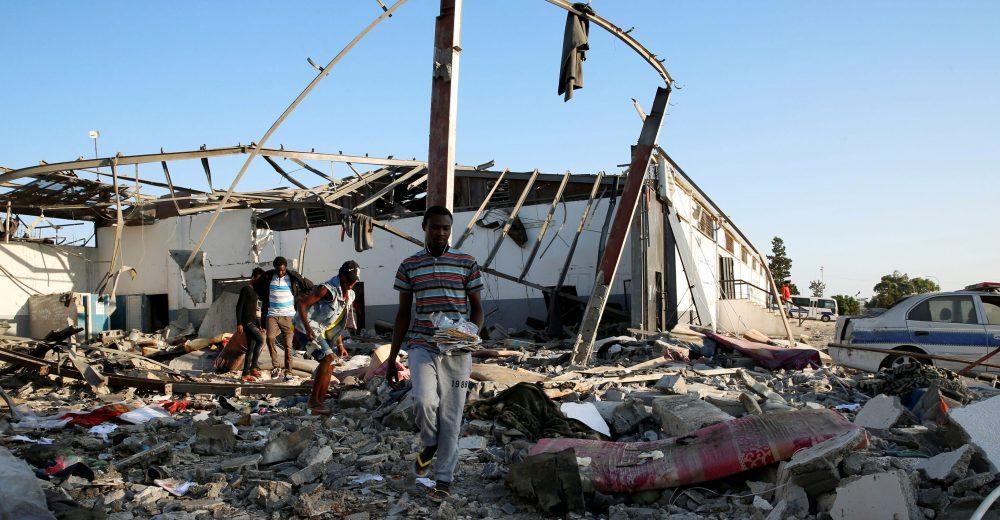 Libia, il governo libera 350 migranti del centro profughi bombardato
