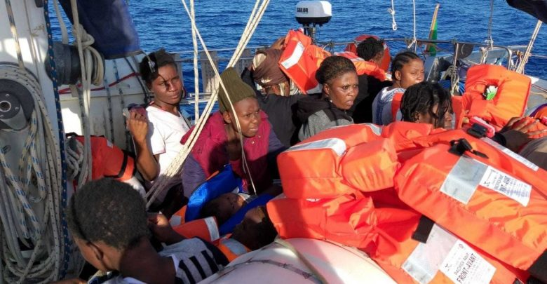 Photo of Migranti, la nave Alex arriva a Lampedusa. Salvini: «Multe fino al milione di euro»