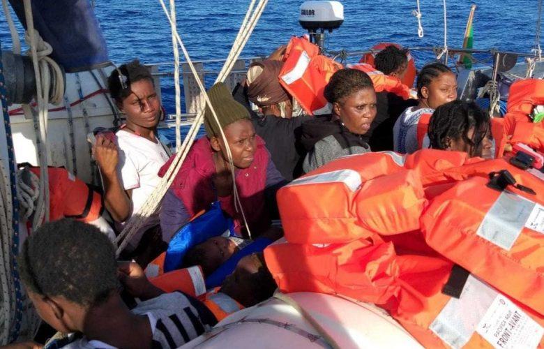 Migranti, la nave Alex sbarca a Lampedusa.