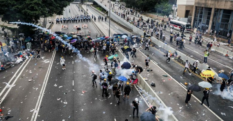 Photo of Hong Kong, tra scontri e prove di dialogo