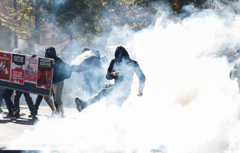 La Francia ripiomba nel caos: tornano i gilet gialli, ma anche i black block
