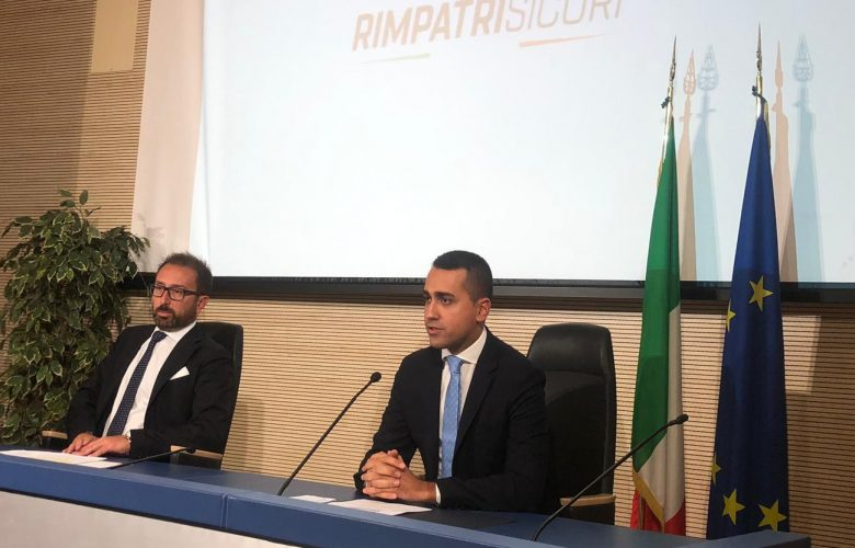 Il decreto migranti di Di Maio: «Rimpatri più veloci dall'Italia verso 13 paesi»