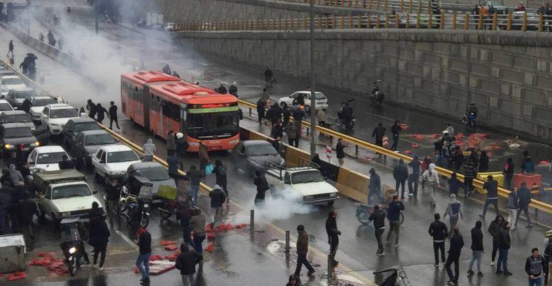 Photo of Anche l'Iran in rivolta contro il caro benzina