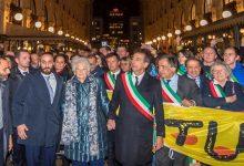 Photo of Marcia per Liliana Segre: 600 sindaci in piazza «uniti contro l'odio»