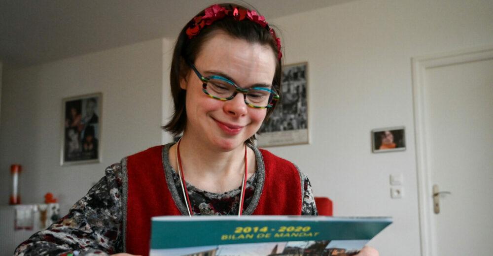 Chi è Éléonore Laloux, la prima candidata con la sindrome di Down nella storia della Francia