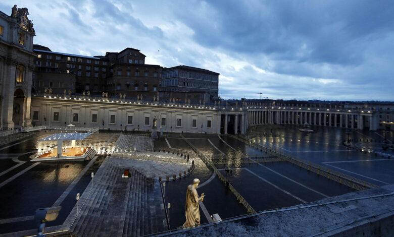 Photo of Papa Francesco prega in una piazza deserta: «Nessuno si salva da solo»