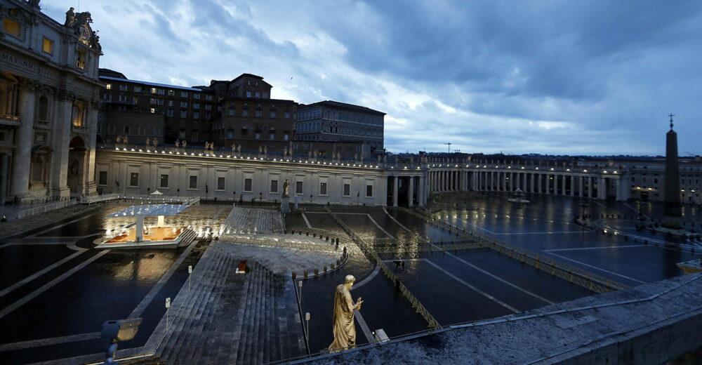 Papa Francesco prega in una piazza deserta: «Nessuno si salva da solo»