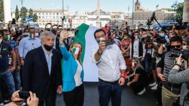 Photo of La manifestazione del centrodestra diventa un corteo senza regole: folla, assembramenti e mascherine abbassate