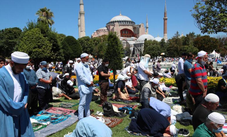 Photo of La prima preghiera islamica nella moschea di Santa Sofia dopo 86 anni