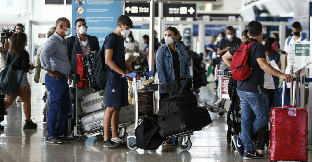 Tamponi e quarantena per chi rientra dall'estero: la stretta delle Regioni