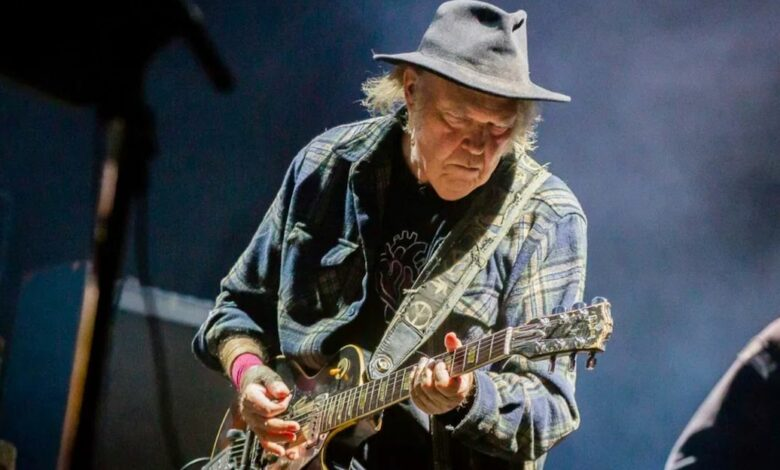 Photo of Neil Young torna sulle barricate: «Mandiamo a casa Donald Trump»