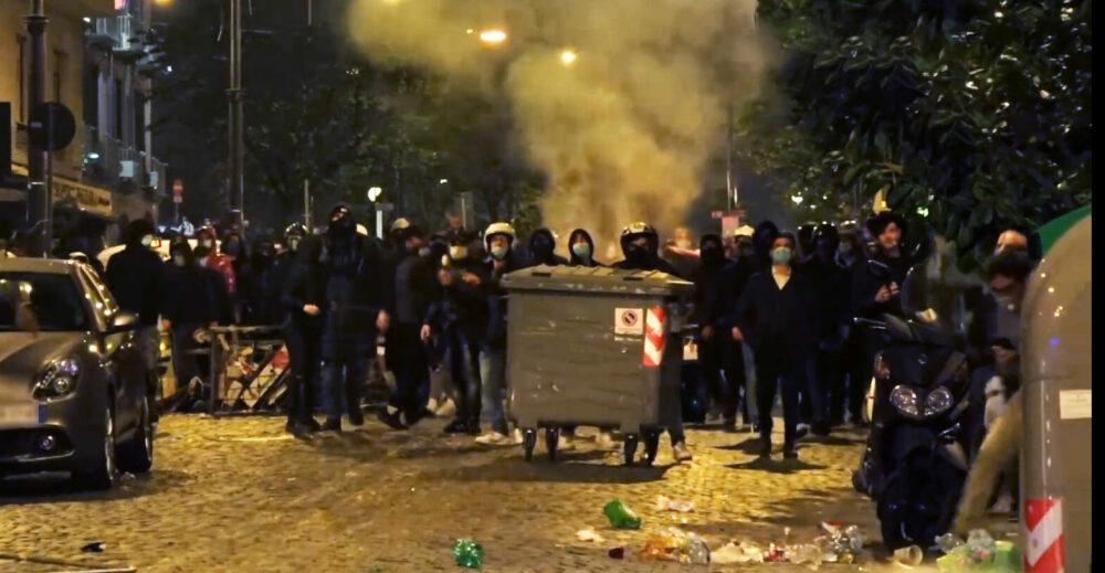 Le proteste contro il coprifuoco a Napoli