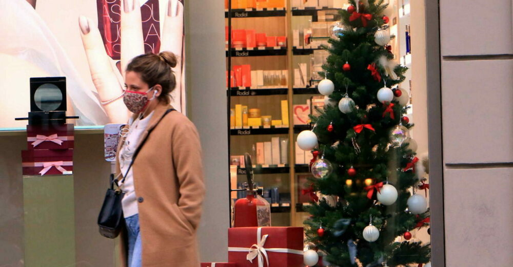 Coronavirus, governo e regioni trattano sulle regole per il Natale: verso riapertura di negozi e ristoranti