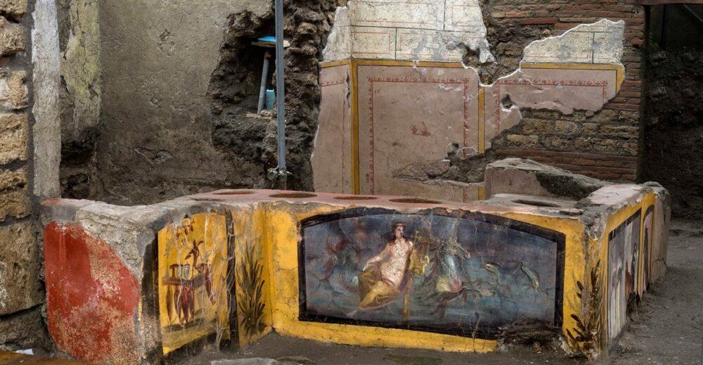 Pompei, ritrovato un Termopolio intatto: il progenitore del banco da «street food»