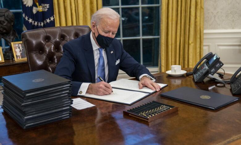 Photo of Dal clima al Covid: Biden firma 17 provvedimenti per smantellare l'era Trump